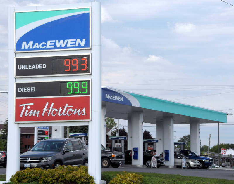 Motorists line up at the pumps at this MacEwen station in Long Sault, Ont. on Aug. 25, 2015 after gas prices fell below $1 a liter for the first time in recent memory. (Newswatch Group/Bill Kingston)